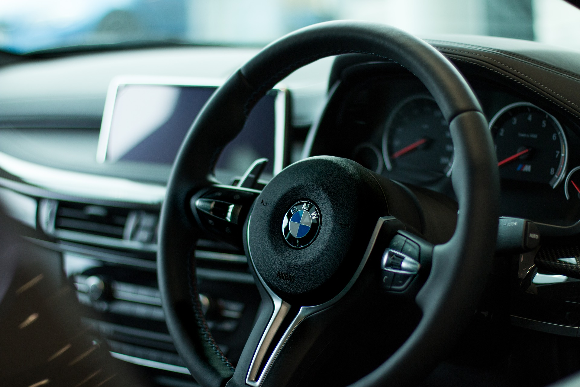 Steering wheel inside a car. Photo: Pixabay